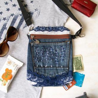 Джинсовая небольшая сумка кроссбоди с кружевом