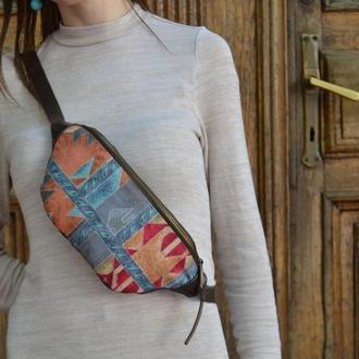 Женская кожаная бананка с винтажной вставкой из текстиля