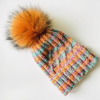 Эффектная вязанная шапка с натуральным помпоном