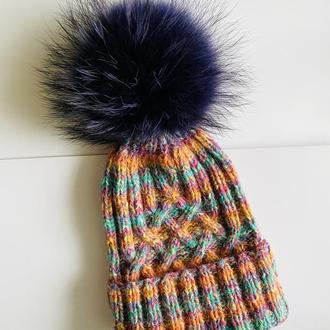 Эффектная вязанная шапка с натуральным помпоном (Финский енот)