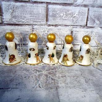 Набір дерев'яних золотих дзвіночків.