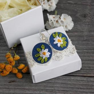 Маленькие серьги ромашки Летние синие сережки с ромашками Нежные украшения на лето