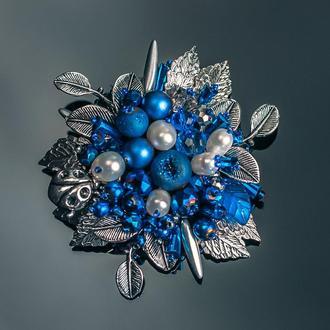 """Брошь """"Parisian blue"""" с жемчугом Сваровски, агатом, ювелирным хрусталем, жемчугом"""
