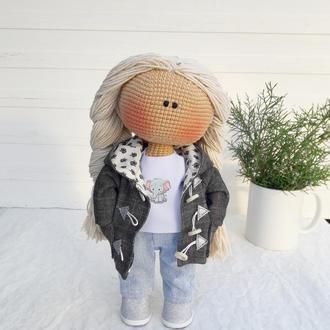 Вязаная кукла в парке