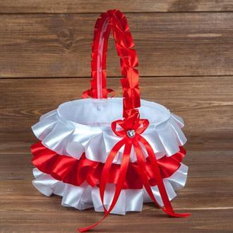 Атласная корзинка для лепестков с рюшами красная