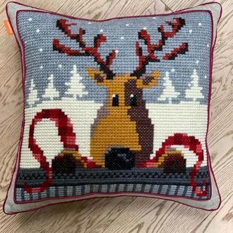 Декоративная подушка Олень в бордовом шарфике 45х45 см