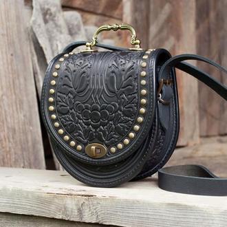 Полукруглая черная кожаная сумка с ручкой женская с орнаментом тиснение