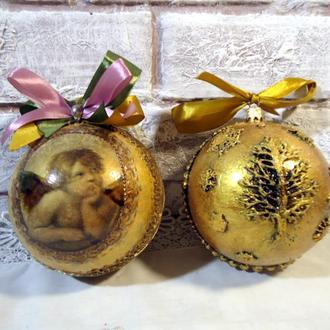 Набор золотых ёлочных шаров.