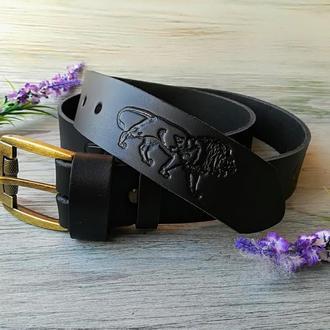 Кожаный ремень мужской черный классический для джинсов с тиснением идущий лев ручной работы
