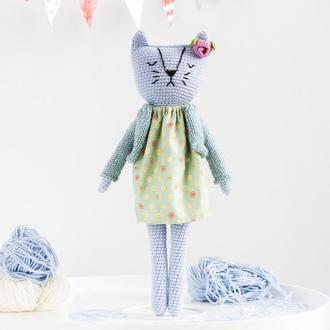 Голубая кошечка в платье и кофточке