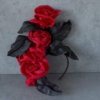 Ободок с красными розами из ткани
