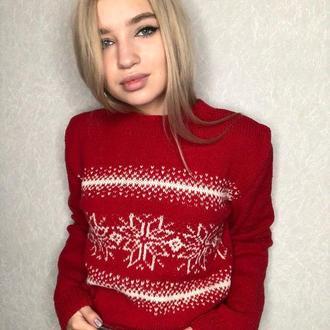 Уютный зимний свитер с новогодним принтом