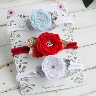 Повязка для девочки с красным, белым и голубым цветком на праздник / Новогодняя повязка малышке