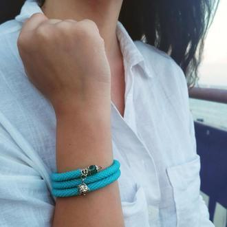 Небесно-голубой браслет на мемори-проволоке с подвеской-рыбкой, в 3 оборота