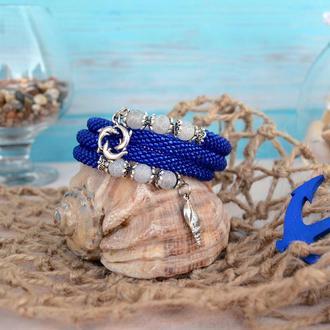Тёмно-синий браслет на мемори-проволоке с морскими подвесками и бусинами агата, в 3 оборота