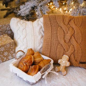 Интерьерная декоративная подушка вязанная косами