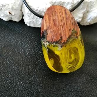 Подарок девушке - кулон ручной работы из дерева, смола с люминофором.Подвеска светиться в темноте