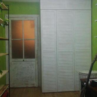 Жалюзийные двери из дерева белого цвета