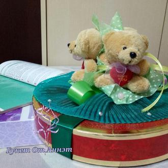 Коробочка конфет с декором из мягких игрушек и лент