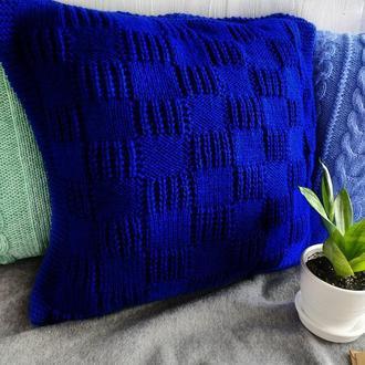 Диванная вязаная подушка (наволочка) на пуговицах - синяя электрик - 40*40 см