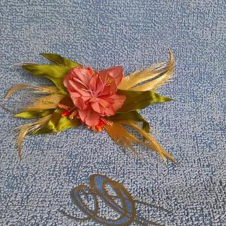 Квіткове прикраса з атласної стрічки.