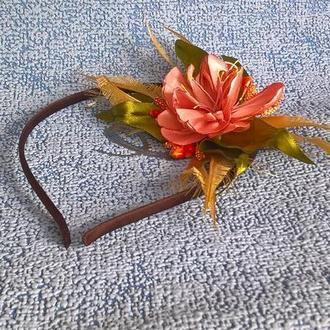 Цветочное украшение из атласной ленты.