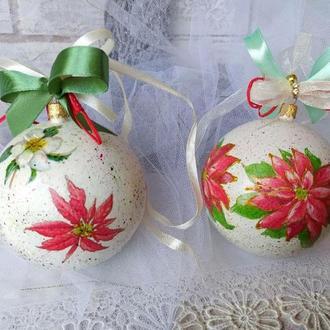 Набор ёлочных шаров с пуансетией.