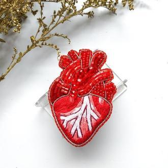 Брошь вышитая из бисера и бусин Анатомическое сердце