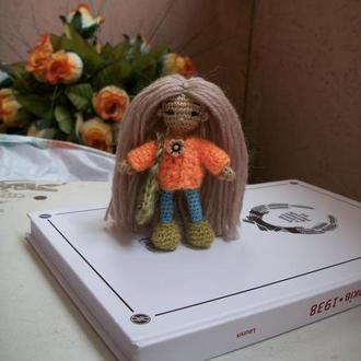 Вязаная мини куколка амигуруми