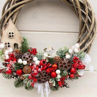 Новорічний, різдвяний вінок на двері. Різдвяний, новорічний вінок на двері. Новорічний декор.