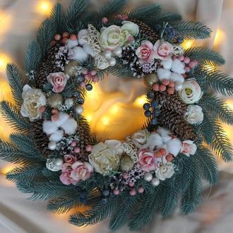 Венок на рождество из хвои, цветов и ягод