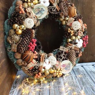 Рождественский венок с шишками, корицей и ягодами
