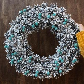 Венок из шишек рождественский с синими ягодами