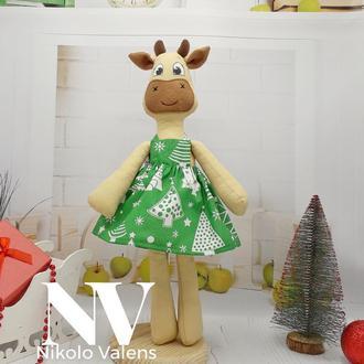 Новогодняя Игрушка корова в зелёном сарафан 42см
