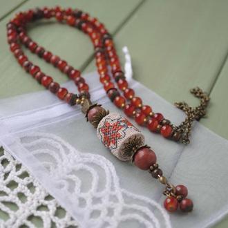 """Длинные бусы из красной яшмы, стеклянных бусин и бусины с ручной вышивкой орнамента в стиле """"бохо"""""""