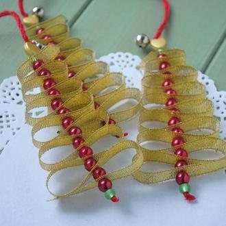 Яркие рождественские елочки из парчовой ленты и стеклянных жемчужных бусин