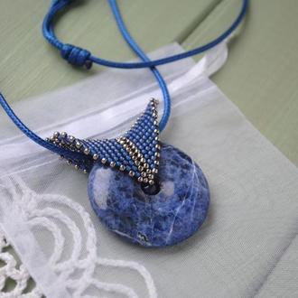 Круглый кулон из натурального камня (содалит) с плетеным бейлом из бисера на регулируемом шнуре