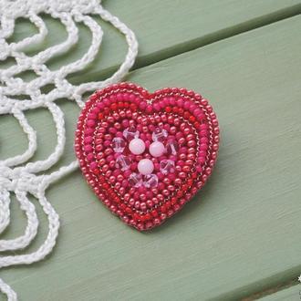 Розовая брошь-сердце из бисера и бусин