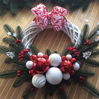 Червоно-білий різдвяний вінок