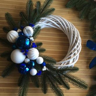Біло-синій різдвяний віночок