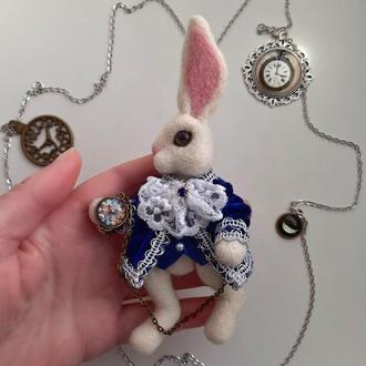 Брошь  Белый кролик. Алиса в стране чудес брошка.