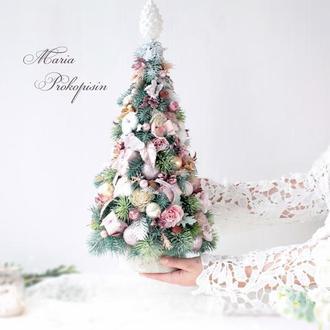 Новогодняя декоративная елка в розовом цвете.