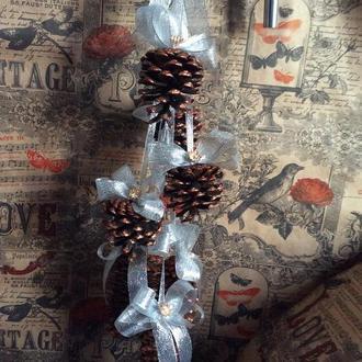 Новорічний підвісний декор з мідних шишок