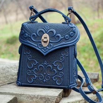 Авторская кожаная сумочка-рюкзак с тиснением орнаментом темно-синяя
