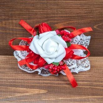 Бутоньерка-браслет для подружек невесты и\или гостей красная