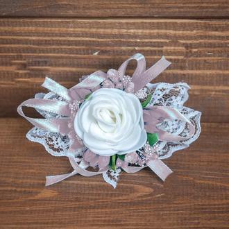 Бутоньерка-браслет для подружек невесты и\или гостей пудровая