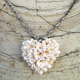 Белый кулон сердце с цветами. Цветущее сердце