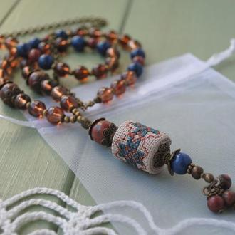 Длинные бусы из красной яшмы, нефрита, стеклянных бусин и подвески с ручной вышивкой крестиком