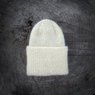 Бежевая вязаная шапка с отворотом