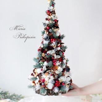Новогодняя декоративная елка с натуральными материалами.